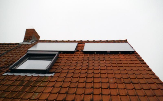 Semmerzake - zonnepanelen  opbouw zonneboiler Bulex Helioset 250L